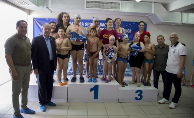 """Tatar, Yaşama Sporla Bağlan Yüzme Yarışması""""nda dereceye girenlere ödüllerini verdi"""
