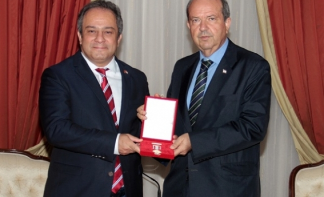 Başbakan'dan Nihat İlhan'ın oğlu Prof. Dr. Mustafa Necati İlhan'a madalya