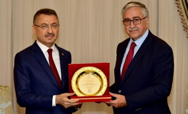 Cumhurbaşkanı Akıncı,  Oktay ve TBMM heyetine günün anısına plaket verdi