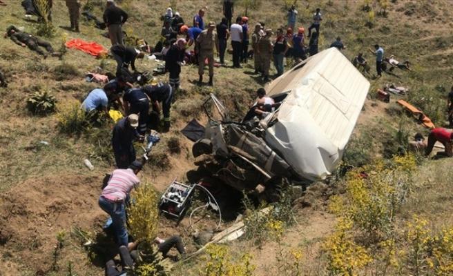 Düzensiz göçmenleri taşıyan minibüs şarampole devrildi: 15 ölü