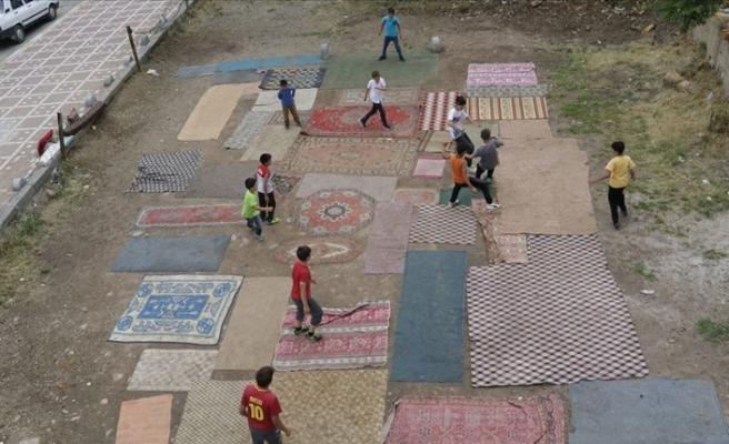 Halı kilim sererek top oynayan minikler için halı saha yapımına başlandı
