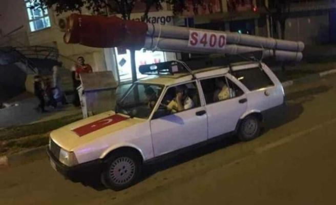 S-400 füzesine benzettiği maketi aracına bağlayıp 15 Temmuz zaferini kutladı