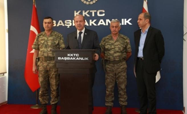 Toplantıya ara veren Tatar ve Özersay, komutanlarla birlikte basına açıklama yaptı