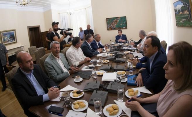 Anastasiades, görüşme öncesi siyasi partiler ile biraraya geldi