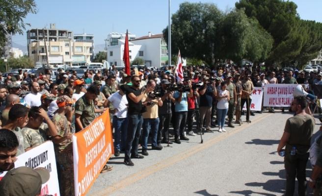 Avcılar, Başbakanlık önünde