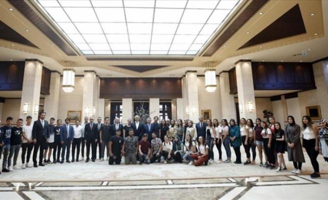 Cumhurbaşkanı Yardımcısı Oktay KKTC'li gençlerle bir araya geldi
