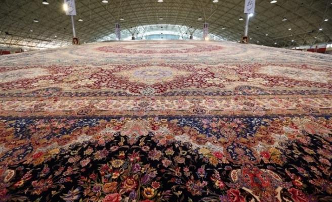 """İran, """"dünyanın en büyük tek parça el dokuma halısını"""" tanıttı"""