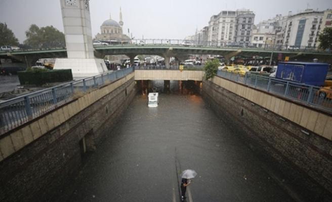 İstanbul'u yaz yağmuru vurdu