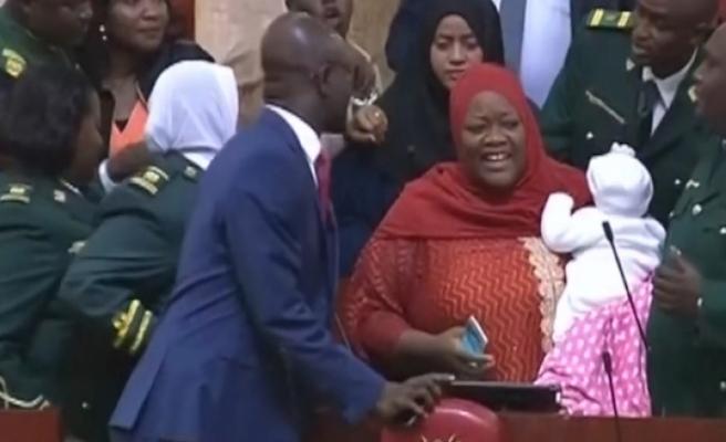 Kenya'da Ulusal Meclis'e bebeğiyle gelen milletvekili, salondan atıldı