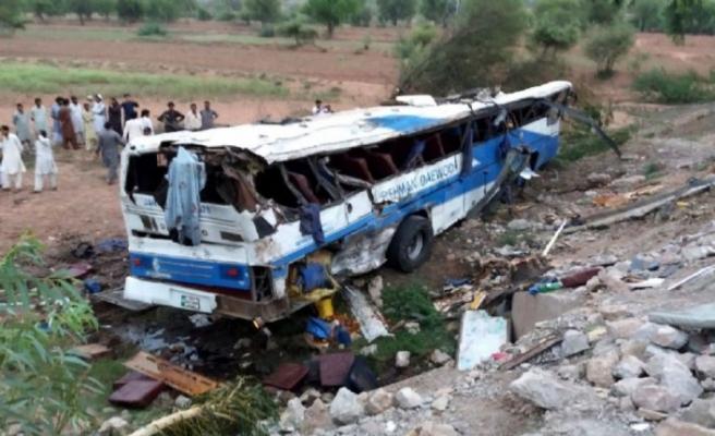 Pakistan'da otobüs uçuruma yuvarlandı, 24 kişi öldü