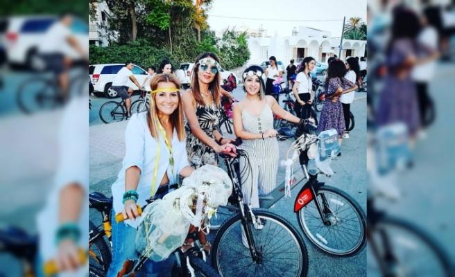 Süslü Kadınlar Lefkoşa sokaklarında