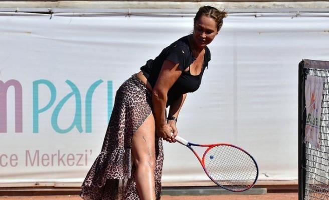 Tenis turnuvasına derin yırtmaçlı leopar desenli eteğiyle çıktı