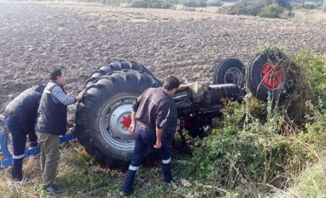 Bozuk yolda  traktör devrildi