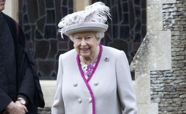 İngiltere Kraliçesi yeni kıyafetlerinde gerçek kürk kullanmayacak