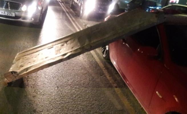 Park halindeki aracın üzerine kamyonun arka kapağı düştü