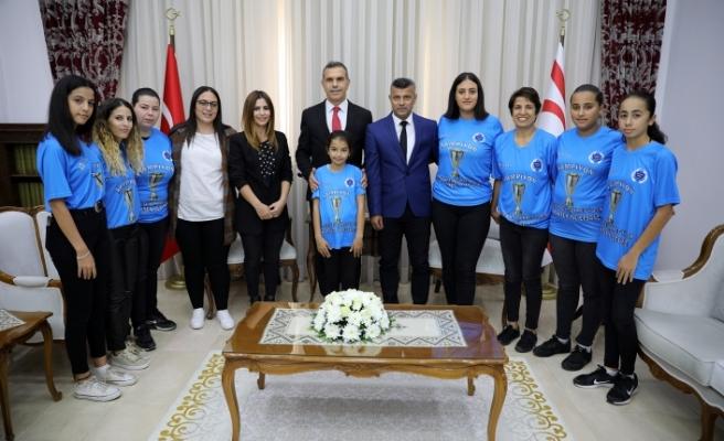 Uluçay, Kadın Futbol Ligi Şampiyonu takımı kabul etti