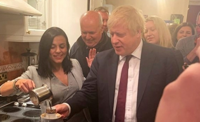 Şarkıcı Eylem, İngiltere Başbakan'ı Boris Johnson'a Türk kahvesi ikram etti