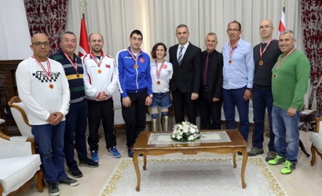 Uluçay, sporculara ve heyet üyelerine günün anısına Meclis Madalyası taktı