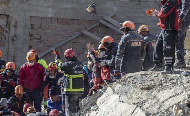 Arama kurtarma çalışmalarıyla 40 kişi enkazdan sağ çıkarıldı
