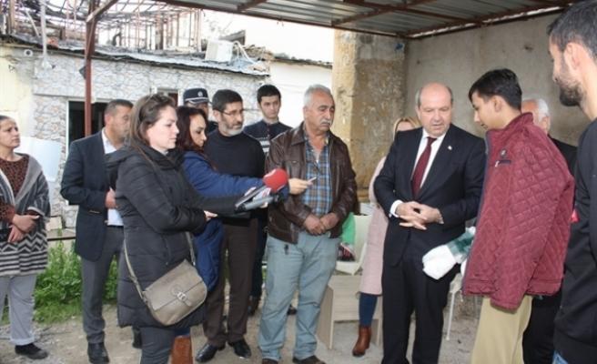 Başbakan Tatar yanan evin sakinlerini ziyaret etti