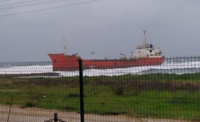 Gazimağusa'da bir gemi karaya sürüklendi