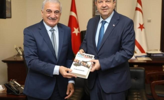 """Arabacıoğlu """"Yüzleşme"""" isimli kitabını Başbakan Tatar'a takdim etti"""