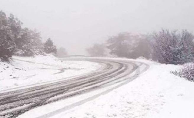 Trodos'a giden bütün yollar kar yağışı yüzünden kapandı
