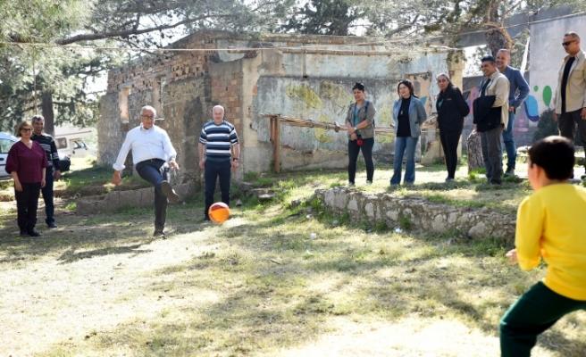 Akıncı, piknik yapan vatandaşlarla biraraya geldi