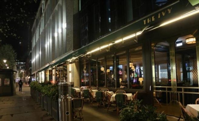 İngiltere'de restoran, bar, cafe, sinema ve tiyatroların kapatılmasına karar verildi