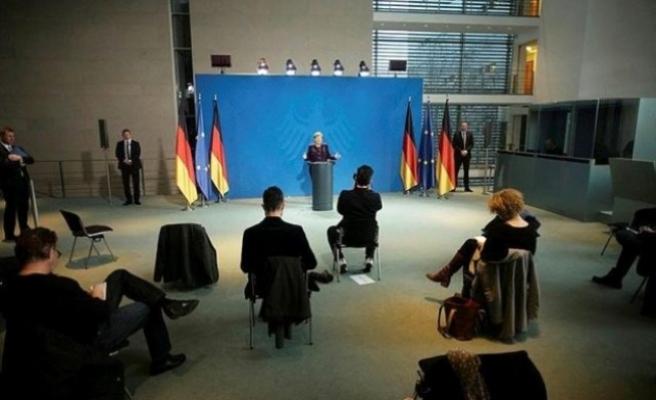 Merkel'in düzenlediği toplantıda basın mensupları 1 metre aralıklarla oturdu
