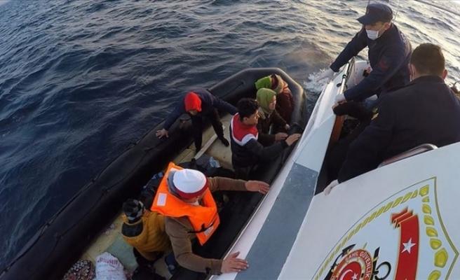 Yunan kara sularında geri itilen düzensiz göçmenleri Türk sahil güvenliği kurtardı