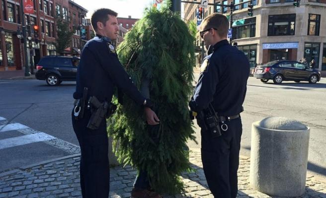 Ağaç kılığına girdi! Sokağa çıkma yasağını deldi