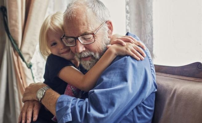 İsviçre'de 10 Yaş altı çocuklar artık büyükanne ve büyükbabalarına sarılabilir