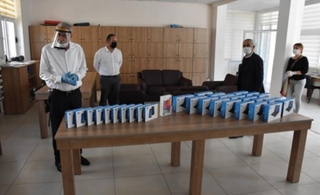 Uzaktan eğitimden mahrum kalan öğrencilere tablet verildi