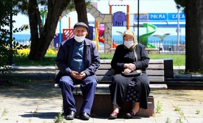 Türkiye'de 65 ve üzeri yaştaki vatandaşlar bayramda güneşli havanın keyfini çıkardı