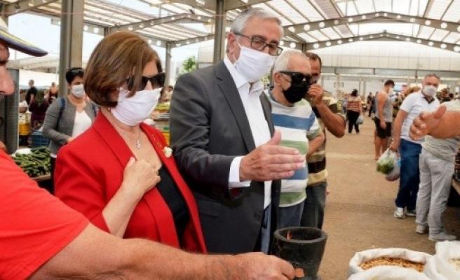 Akıncı Eşi ile birlikte Girne açık pazarını ziyaret etti