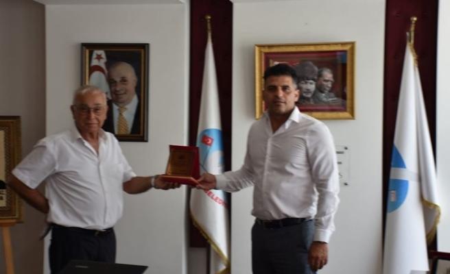 Ataser, Avukat Derviş Akter'e teşekkür plaketi verdi