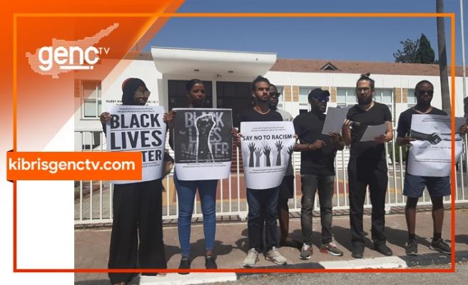 Ülkedeki ırkçı uygulamalar meclis önünde protesto edildi