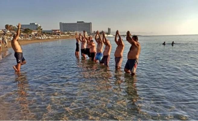 Denizleri temiz tutmanın önemine dikkat çekmek için denizde jimnastik yaptılar