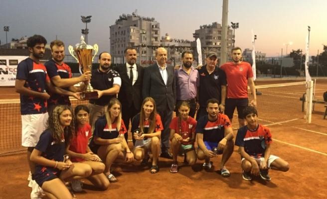GAÜ Tenis Takımı şampiyonluk kupasını, Başbakan Ersin Tatar'dan aldı