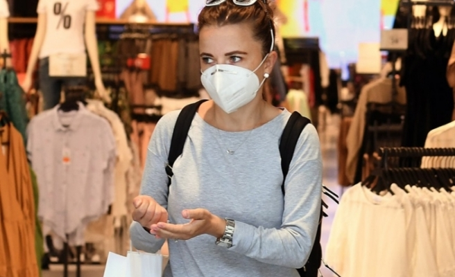 İngiltere'de bugünden itibaren birçok kapalı alanda maske takmak zorunlu