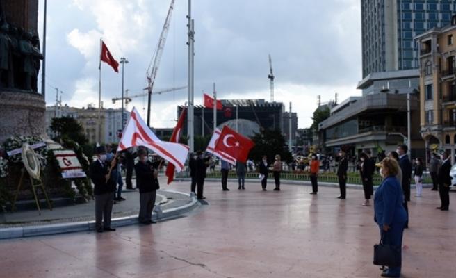 KKTC İstanbul Başkonsolosluğu tarafından Taksim Cumhuriyet Anıtı'na çelenk bırakıldı