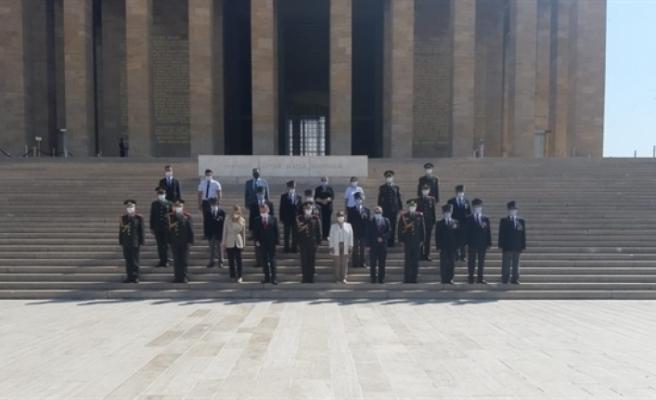 KKTC'nin Ankara Büyükelçisi Kemal Köprülü ve heyeti Barış Harekatı'nın 46. Yıldönümü nedeniyle Anıtkabir'i ziyaret etti