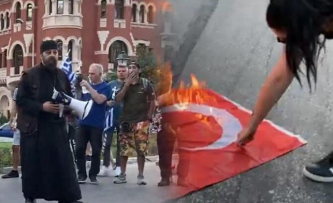 Selanik'te aşırı sağcı göstericiler Türk bayrakları yaktı
