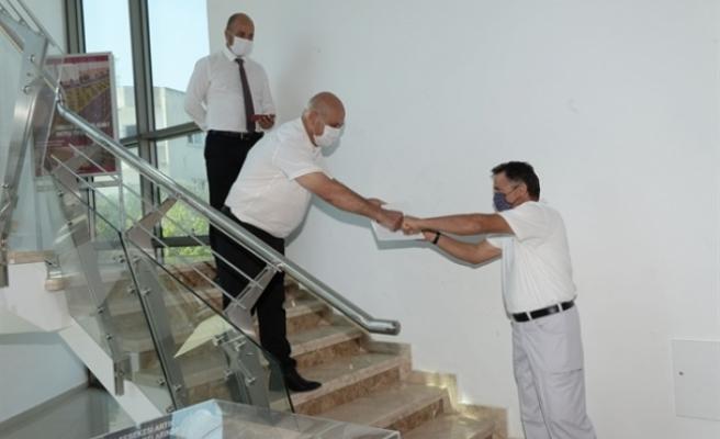 Gönyeli'de karantina günlerinde çalışan belediye personeline takdir belgesi