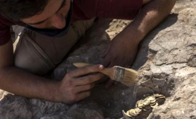 İsrail'de gönüllü olarak arkeolojik kazıya katılan gençler, 1100 yıl önce gömülmüş 425 adet altın para buldu