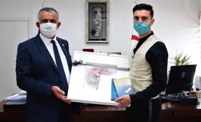Kitabını Çavuşoğlu'na sundu