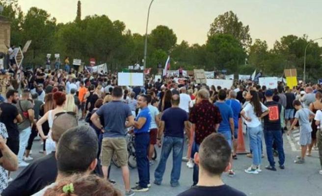Rum Başkanlık Sarayı önünde maskesiz ve sosyal mesafesiz protesto