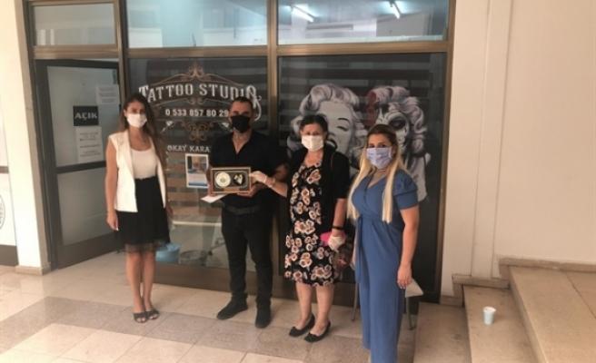 Dövme pıercıng sahibi Karapaşa, 3 günlük gelirini kanser hastalarına yardım derneği'ne bağışladı