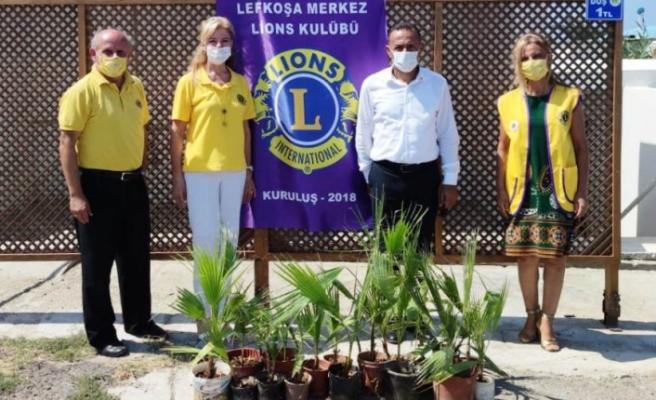 Lefkoşa Merkez Lions Kulübü'nden ateş ölçer ve fidan bağışı